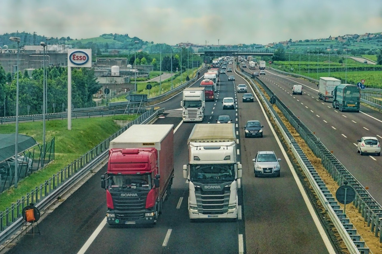 Book a courier online to avoid this crisis with HGV driver shortages